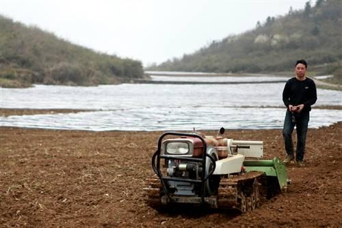 遥控式耕作机首次实现山地起垄自动化