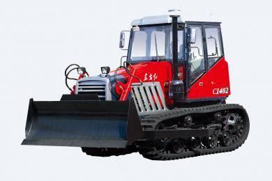 东方红-C1402履带式拖拉机,适用以大面积农田作业为主,整机提升力大,可配装不同农具可进行耕、整、耙、播等作业项目,配装推土铲也可兼顾推土作业,用于农田水利建设的经济型履带式拖拉机。整机采用直列、水冷、四冲程、增压、直喷节能发动机,功率大,油耗低、启动性能好,寿命长,排放达到国Ⅱ标准; 14′干式双片碟簧压紧主离合器,摩擦片带减震弹簧,扭矩传递可靠,寿命长。
