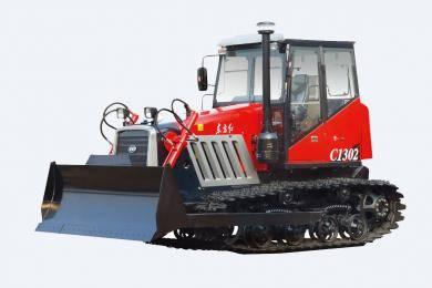 东方红-C1402履带式拖拉机,适用于以犁、耙为主要作业,兼顾推土进行整机优化,调整整机重心位置,提高整机提升力的经济型履带式拖拉机。整机采用直列、水冷、四冲程、增压、直喷节能发动机,动力强劲,节能降耗油耗低,扭矩储备大,动力经济性好,排放达到国Ⅱ标准;啮合套换档(6F+2R)变速箱,提高可靠性,降低操纵力;主离合器采用14′摩擦片,带减震弹簧,寿命提高。