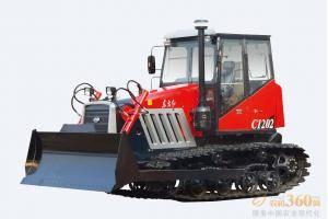 东方红-C1202履带式拖拉机,适用于以犁、耙为主要作业,兼顾推土进行整机优化,调整整机重心位置,提高整机提升力的经济型履带式拖拉机。整机采用直列、水冷、四冲程、增压、直喷节能发动机,动力强劲,节能降耗油耗低,扭矩储备大,动力经济性好,排放达到国Ⅱ标准;啮合套换档(6F+2R)变速箱,提高可靠性,降低操纵力;主离合器采用14′摩擦片,带减震弹簧,寿命提高。
