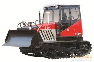 东方红-C902履带式拖拉机,适用于山坡、丘陵小地块农田作业,也适合鱼塘、砖瓦厂、农村道路土方作业的经济型履带式拖拉机。整机采用直列、水冷、四冲程、直喷节能发动机,动力强劲,节能降耗油耗低,扭矩储备大,动力经济性好,排放达到国Ⅱ标准;主离合器采用干式、双片、碟簧压紧、常结合式双作用离合器,操纵轻便;采用啮合套换档(2+1)×4组成式变速箱,挡位多,操纵方便,适合各种作业。