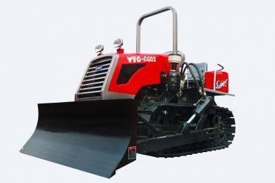 东方红-C602履带式拖拉机,适用于山坡、丘陵小地块农田作业,也适合鱼塘、砖瓦厂、农村道路土方作业的经济型履带式拖拉机。整机采用直列、水冷、四冲程、直喷节能发动机,动力强劲,节能降耗油耗低,扭矩储备大,动力经济性好,排放达到国Ⅱ标准;主离合器采用干式、双片、碟簧压紧、常结合式双作用离合器,操纵轻便;采用啮合套换档(2+1)×4组成式变速箱,挡位多,操纵方便,适合各种作业。