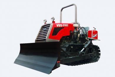 东方红-C502履带式拖拉机,适用于山坡、丘陵小地块农田作业,也适合鱼塘、砖瓦厂、农村道路土方作业的经济型履带式拖拉机。整机采用直列、水冷、四冲程、直喷节能发动机,动力强劲,节能降耗油耗低,扭矩储备大,动力经济性好,排放达到国Ⅱ标准;主离合器采用干式、双片、碟簧压紧、常结合式双作用离合器,操纵轻便;采用啮合套换档(2+1)×4组成式变速箱,挡位多,操纵方便,适合各种作业。