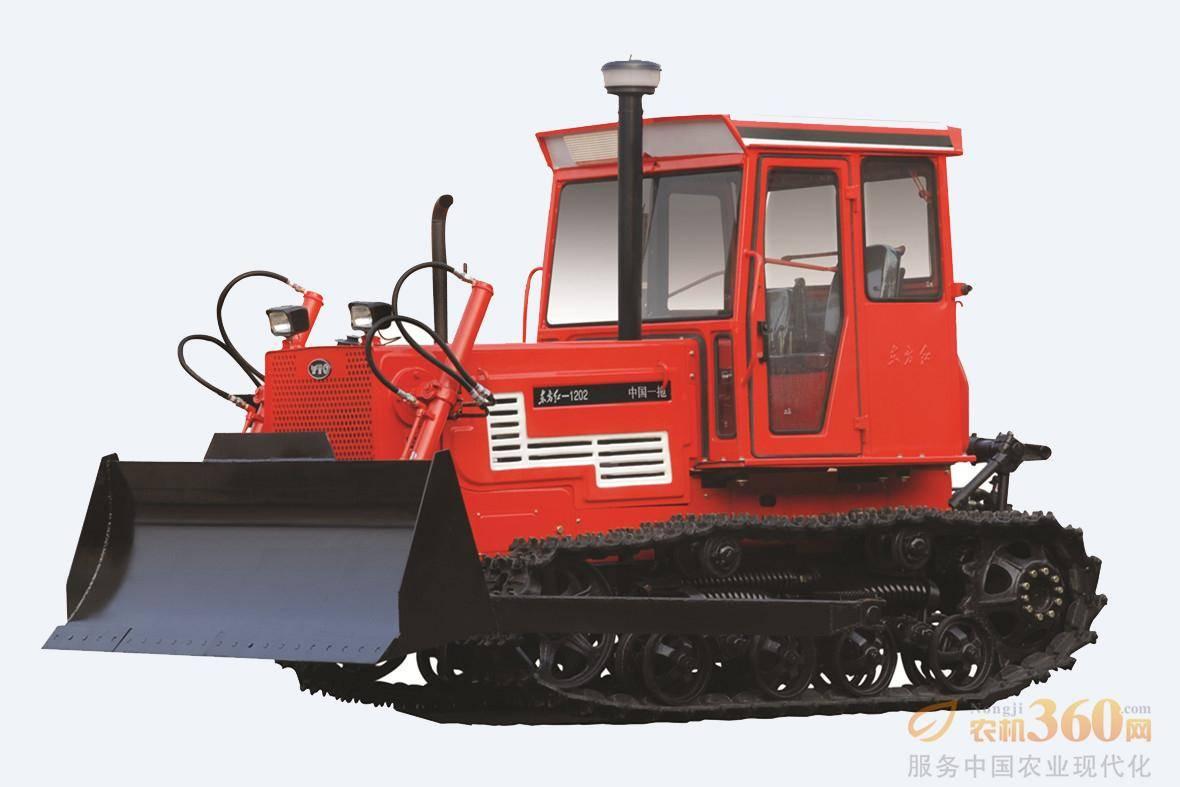 东方红-1202履带式拖拉机,适用于大面积农田作业,同时兼顾土方工程作业的经济型履带式拖拉机。整机采用直列、水冷、四冲程、直喷节能发动机,功率大,油耗低、启动性能好,寿命长;啮合套换档(6F+2R)变速箱,提高可靠性,降低操纵力;主离合器采用干式、双片、碟簧压紧常接合式,操纵力小,外置小制动器调整方便,制动器为双向浮式制动器,既提高了制动能力,又适应了上、下坡地的制动要求。