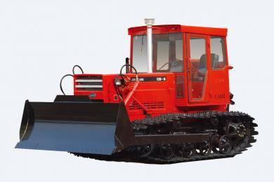 东方红-CA802履带式拖拉机,整机采用直列、水冷、四冲程、直喷节能LR108和LR110系列发动机,动力强劲,节能降耗;(  4F+2R  )滑动齿轮换档变速箱,挡位合理适合农田作业兼顾推土作业;整机通用化程度高,性价比高,满足不同用户的需求;整机采用电启动,降低驾驶员劳动强度;主离合器采用干式、双片、碟簧压紧、常接合式,操纵轻便,使用寿命长。