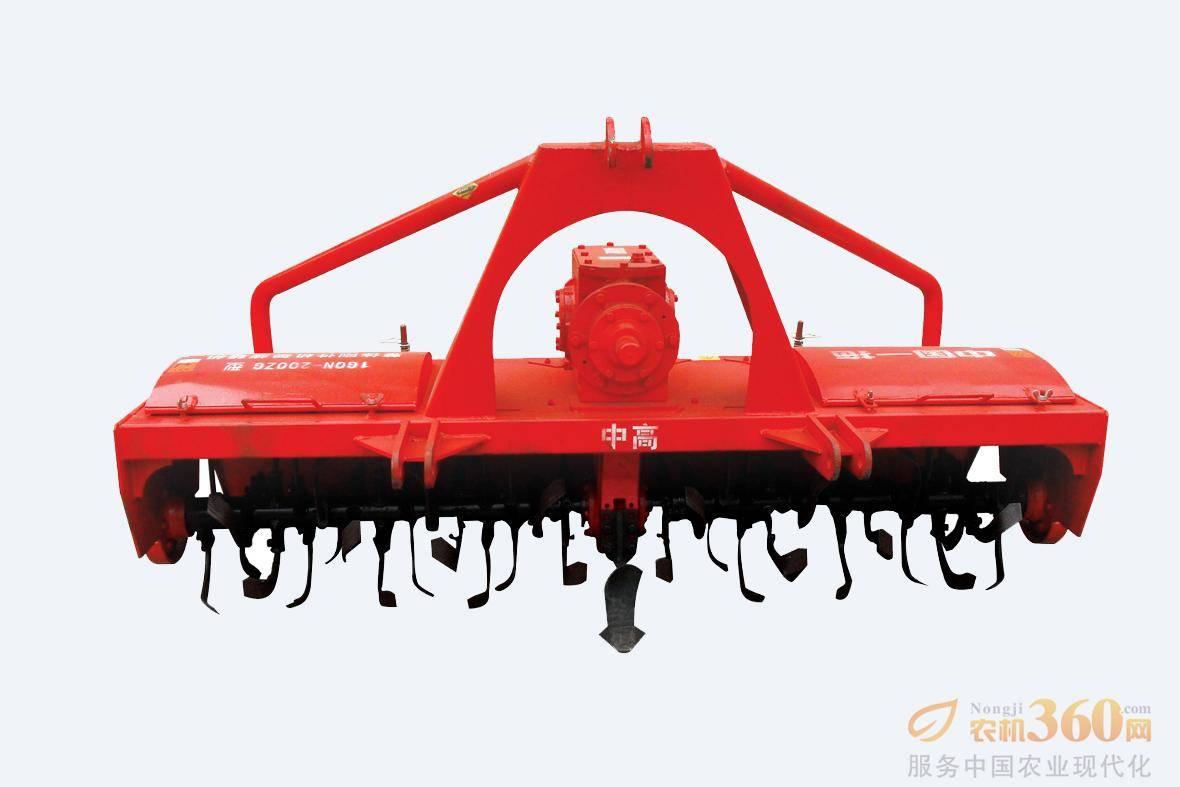 东方红1GQN-200ZG中高箱旋耕机,该机型工作过程中传动轴夹角小,传动效率更高,传动轴可靠性更好;加强型整体刚性机架,强度高,刚性好,抗变形能力强;分体式刀轴,具有拆装方便,售后服务快捷、便利、成本低;刀座采用拥有专利技术的加强型冲压焊接式刀座,即提高刀座强度,提高刀轴轴承的使用寿命。