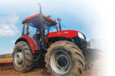 东方红LF954型动力换挡拖拉机,采用技术先进的24F+12R Hi-Lo动力换挡变速箱,不用踩踏离合器,通过操纵变速杆上的按钮,轻松实现前进挡的高、低的切换,作业效率提高15%以上。同步器梭式换挡机构,前进、倒车操作更加轻便。