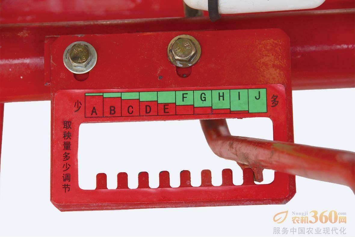 取秧量调节手柄,采用前置机械式结构,操作方便,不用停车,取秧量调节精准。