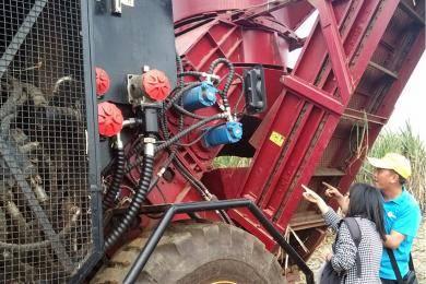 技术负责人介绍收割机工作原理。