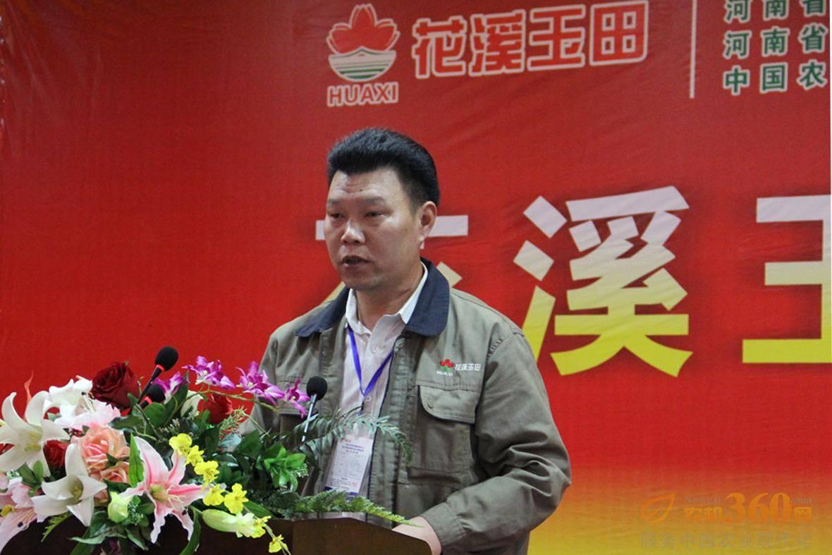 技术部部长邓彦伟对收货机械产品做介绍。