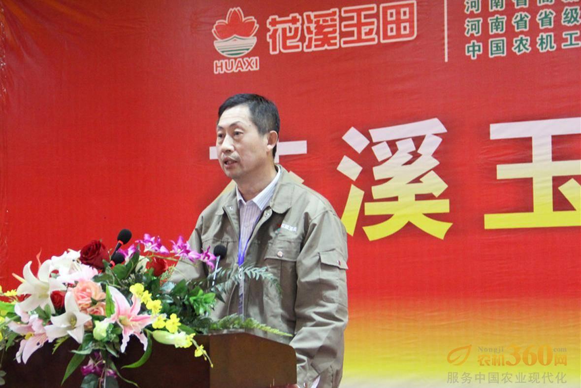 总工程师高洪平对牧草机械产品做介绍。