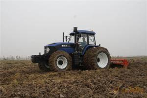 """""""男神""""拖拉机正在忙碌于春耕作业。"""