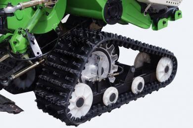 履带总成:独有专利技术,适用泥脚20cm-30cm的水田收割,使收割不在挑三拣四。