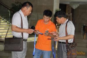 农机360网工作人员向与会代表介绍活动流程。