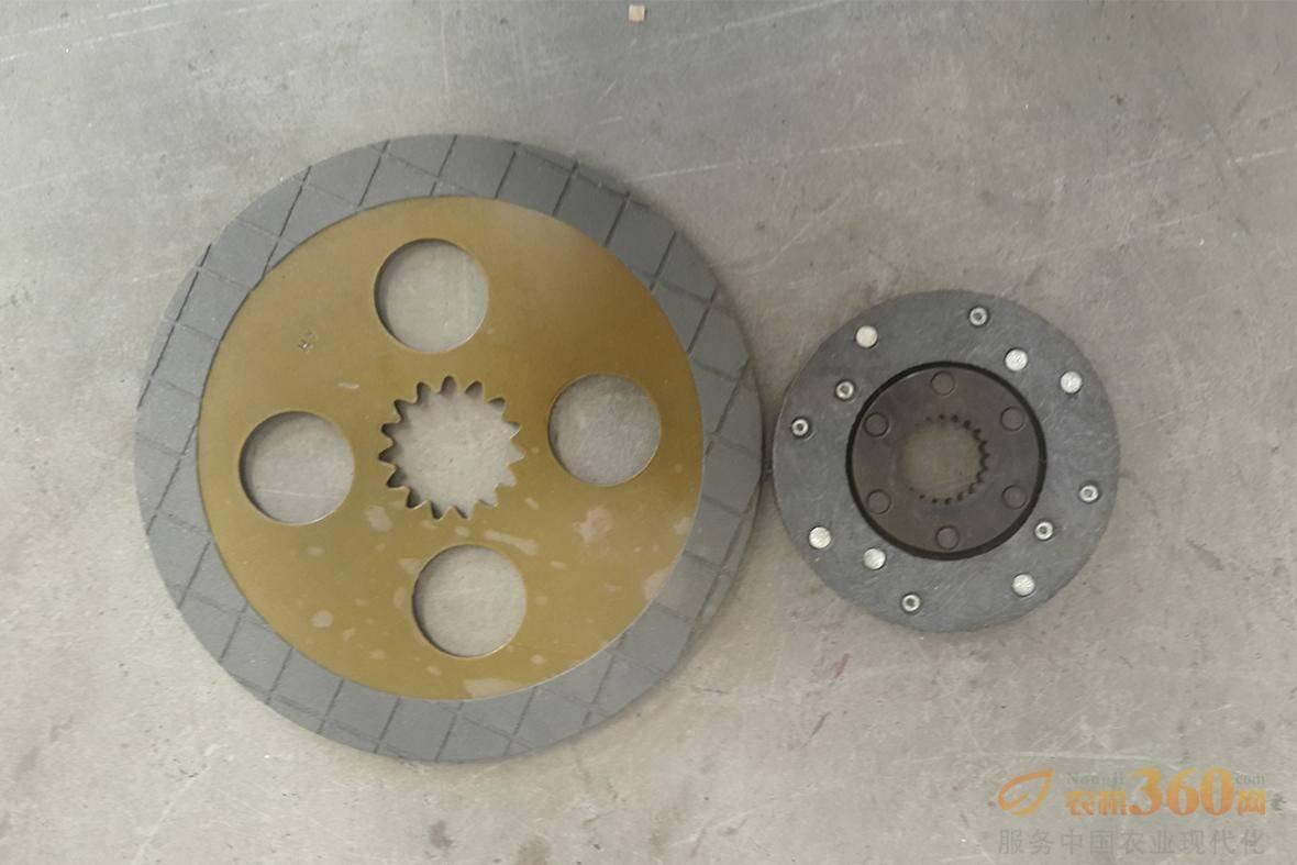 制动器对比图。博马玉米收变速箱制动器采用的是封闭式自增力湿式盘式制动器,四块制动片,制动片大,制动效果好,散热好,磨损少。
