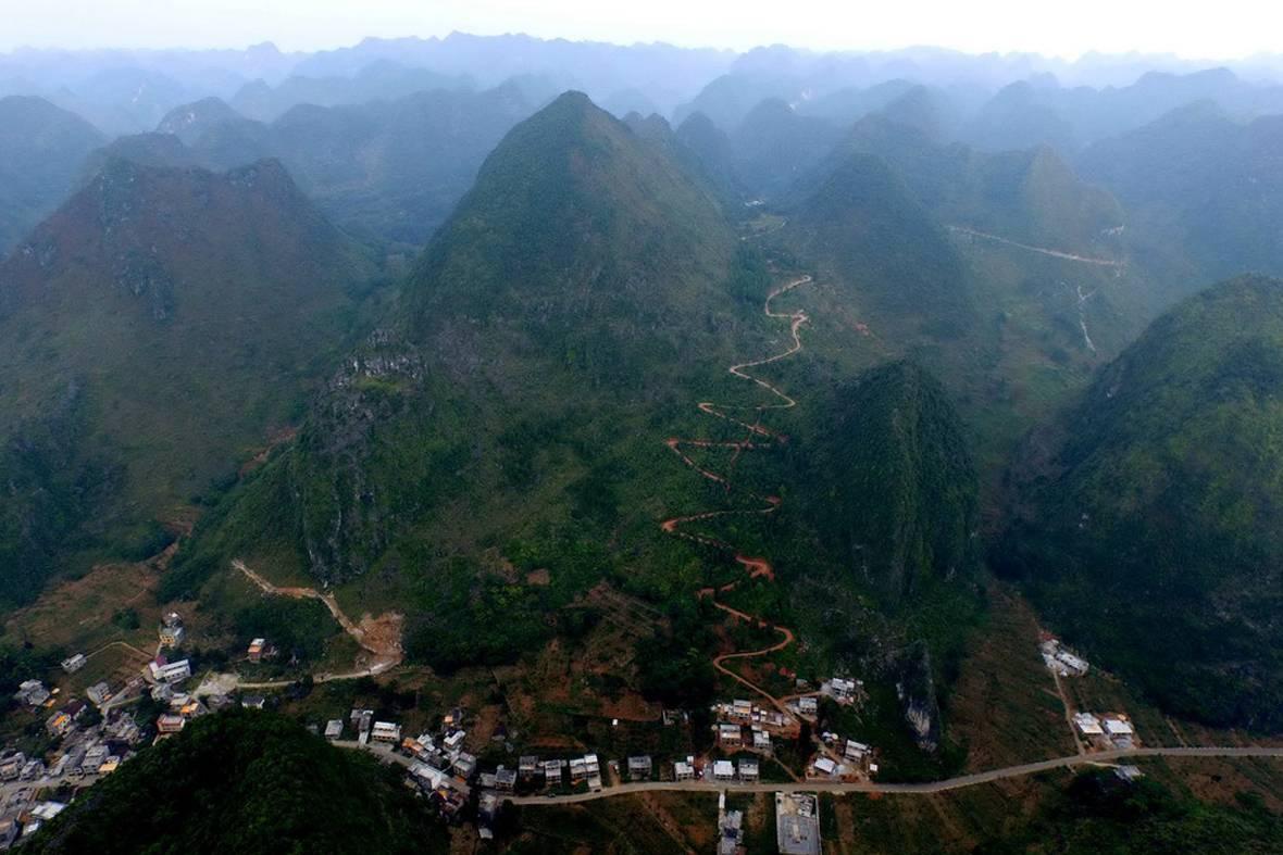 这是都安瑶族自治县保安乡至大化瑶族自治县七百弄乡的公路.