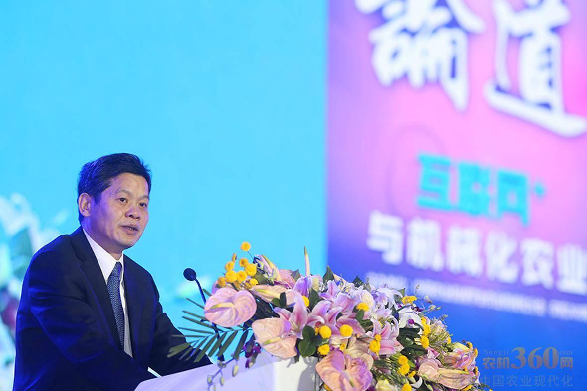 李伟国上台发表演讲。