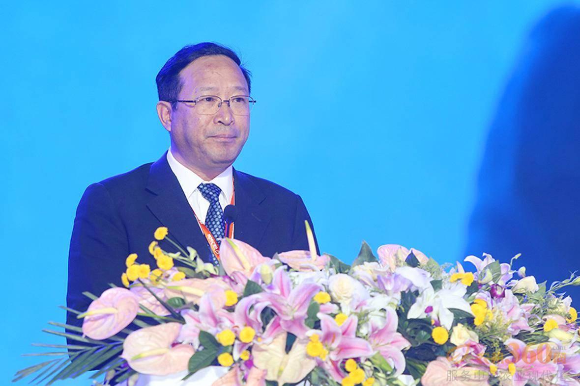 陈章良上台发表演讲。
