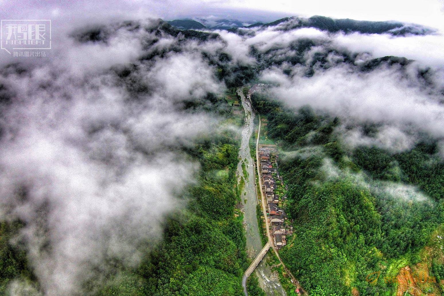 陕西汉中宁强县,清晨雨后云雾缭绕的青木川古镇