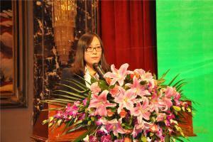 """农机360网数据库中心主管尹静茹在启动仪式之前对""""全球•中国优秀部件供应商数据库查询系统""""进行了详细介绍。"""