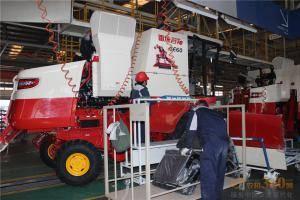合作社理事长们参观雷沃重工谷物收加工生产车间。