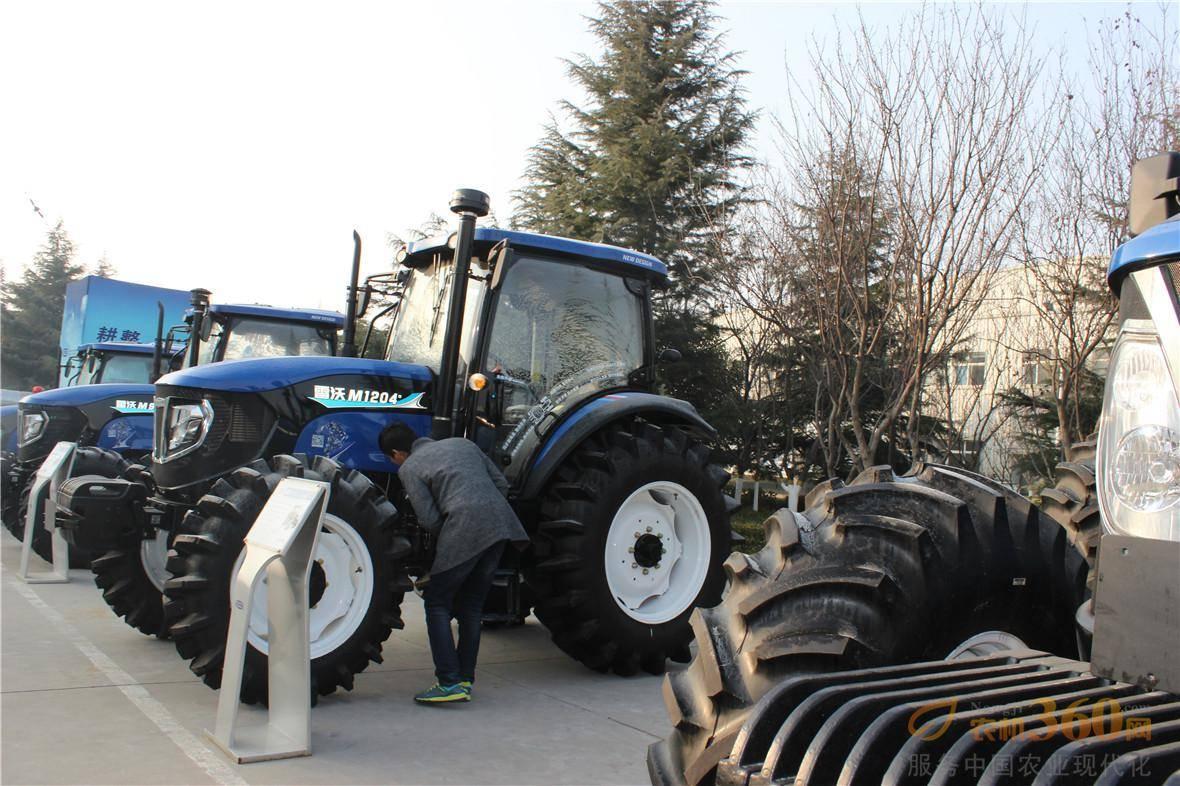 合作社理事长们观看雷沃重工拖拉机样品。