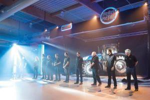 以重金属音乐为主题的纽荷兰拖拉机新产品发布会现场。