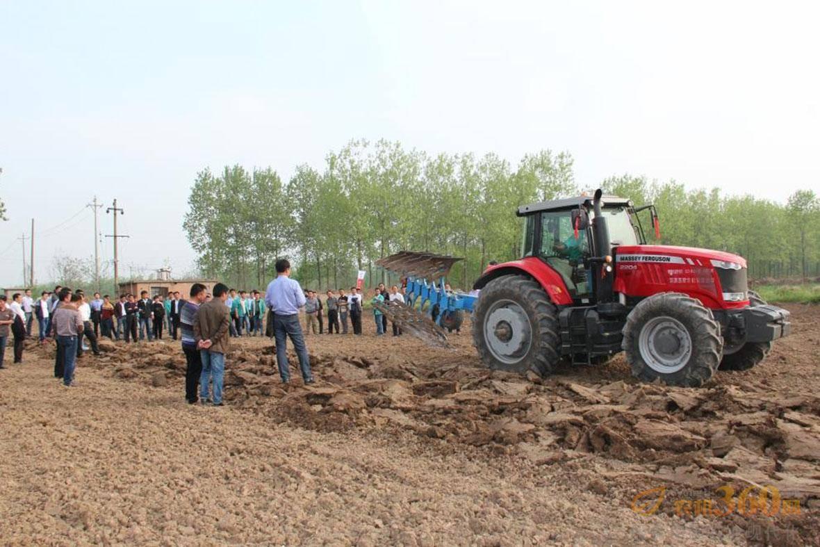 爱科在国内市场举行全套拖拉机设备演示。