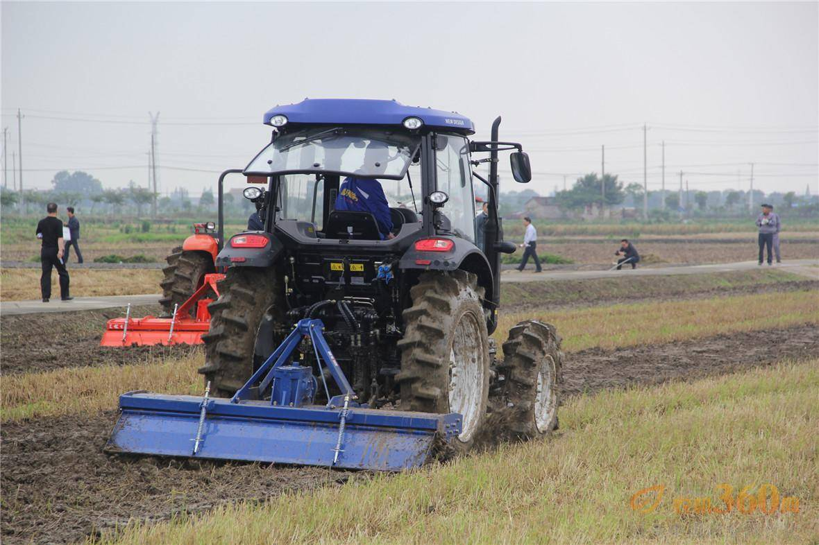 雷沃欧豹拖拉机与旋耕机作业效果好,速度快.