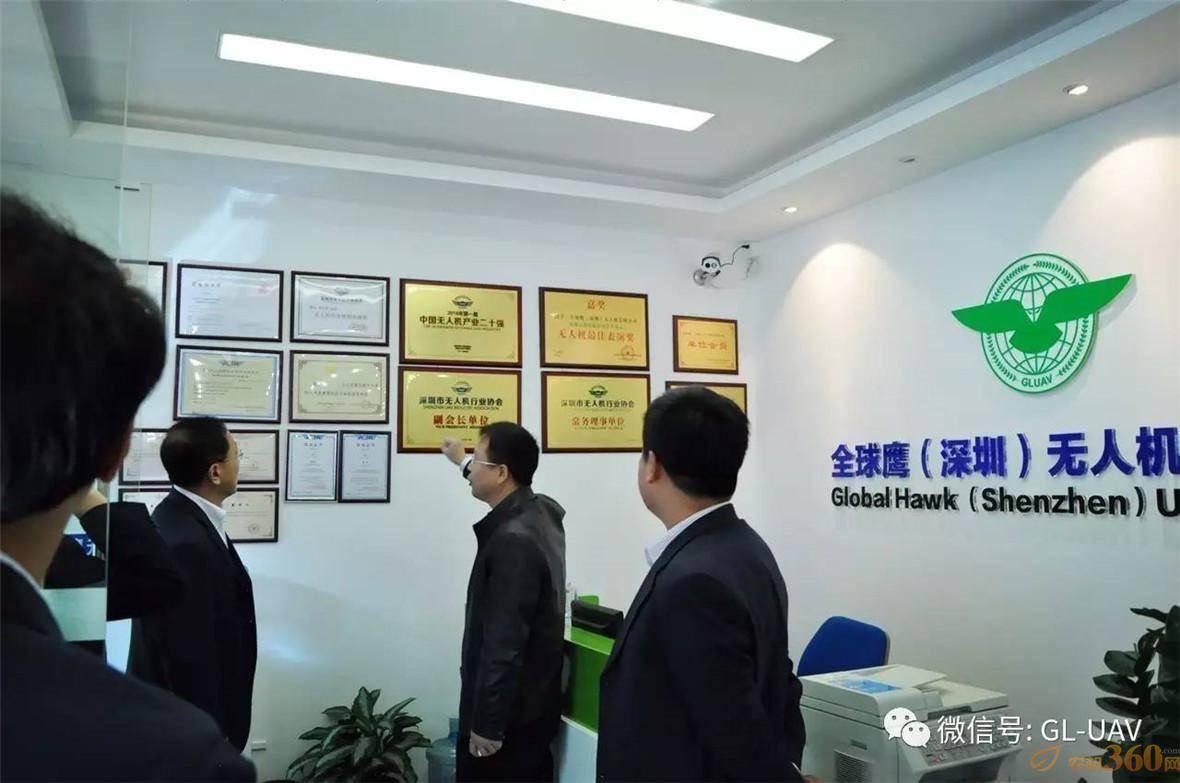 全球鹰公司董事长、北航优秀校友余景兵向北京航空航天大学刘校长详细汇报了全球鹰在无人机领域近年来取得的成绩及荣誉。
