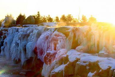 甘肃戈壁绿洲现冰瀑美景