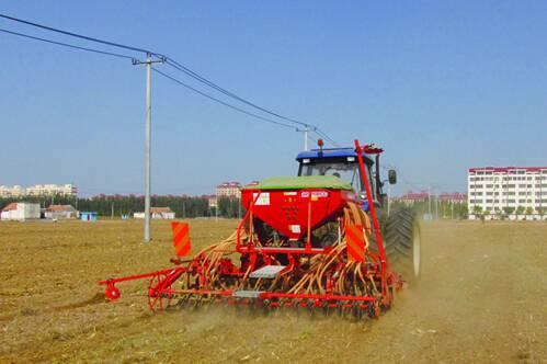 新型小麦种植设备 日播种面积可达300多亩.jpg