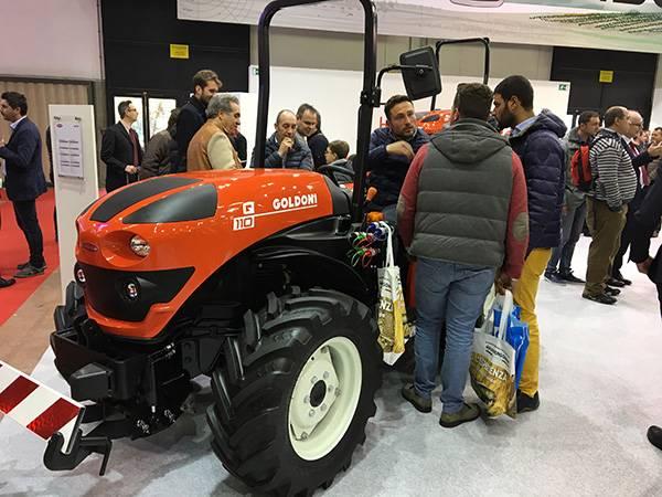 博洛尼亚EIMA国际农机展上用户兴致勃勃的品鉴高登尼拖拉机.jpg