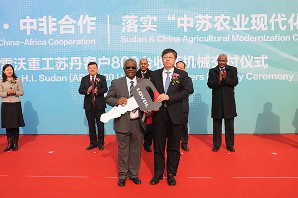 雷沃重工董事长王桂民向苏丹农业银行特派代表穆斯塔法交付钥匙.jpg