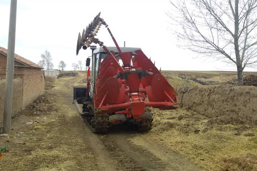 东方红C1402履带拖拉机带五铧翻转犁和熵器作业图