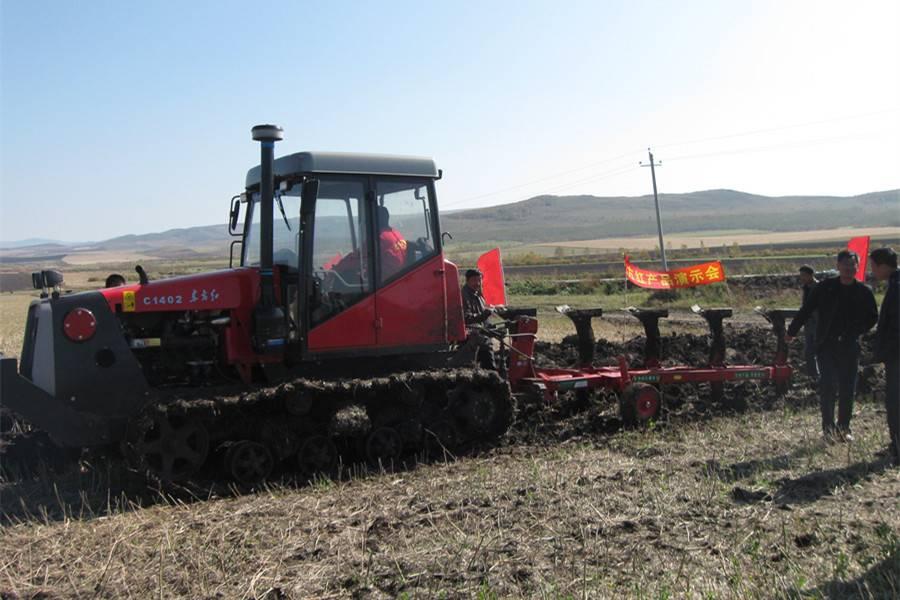 东方红C1402履带拖拉机带五铧翻转犁和熵器在内蒙作业