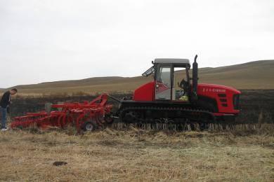 东方红C1802履带拖拉机带联合整地机在内蒙作业