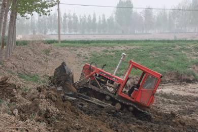 东方红CA902履带拖拉机在推鱼塘作业