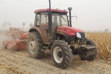 东方红LF954动力换挡拖拉机作业图