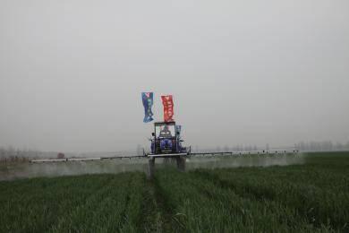 维凯斯自走式水旱两用喷雾机