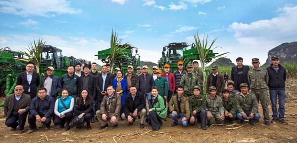 约翰迪尔CH330甘蔗收割机用户和约翰迪尔员工及经销商合影.jpg