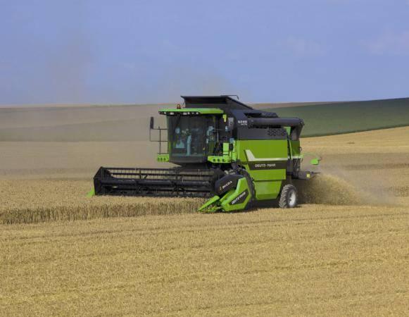 产品特点: 使用范围广,可通过割台互换用于收获各种谷物(芒果黄、向日葵、大豆、小麦、油菜和水稻及玉米作物); 采用舒马赫刀片系统,易取且维修方便;内置双谷物回程系统,高速脱粒分离系统滚; 高性能稻草秸秆切碎机、5步行者; 大型谷物粮箱,可装7500L,卸货速度每秒90L; 道依茨发动机共轨2012III,6缸,24阀门,涡轮中间冷却器,电子引擎管理,燃油高效; 驾驶室视觉效果好,优秀的电子控制和极佳舒适度。 技术参数: