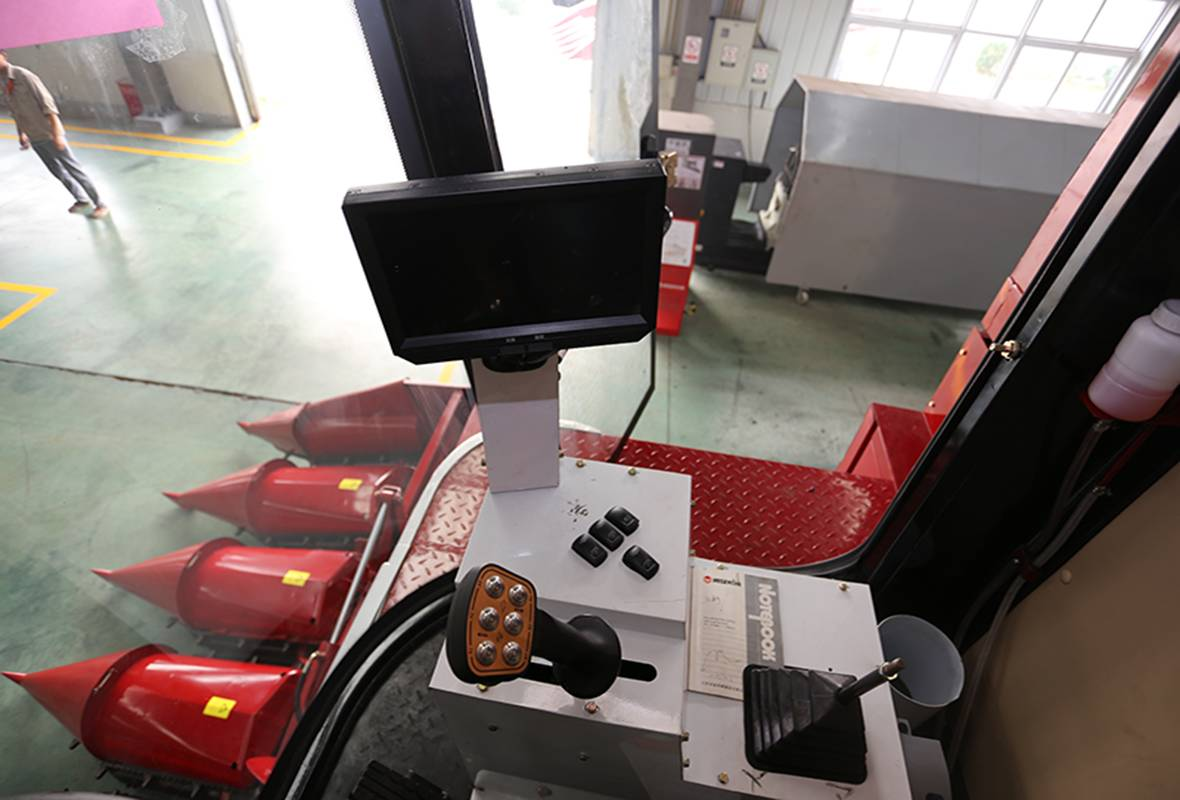 配备过功能手柄,操作简单,使用方便,降低了驾驶员的劳动强度。.JPG
